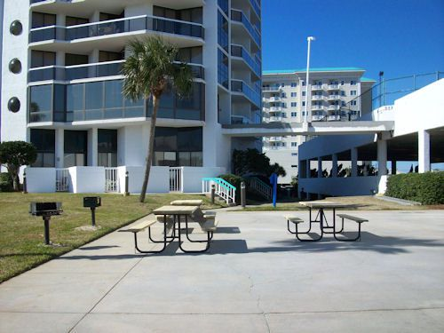 Barbecue grilling area with picnic tables at Surfside Resort