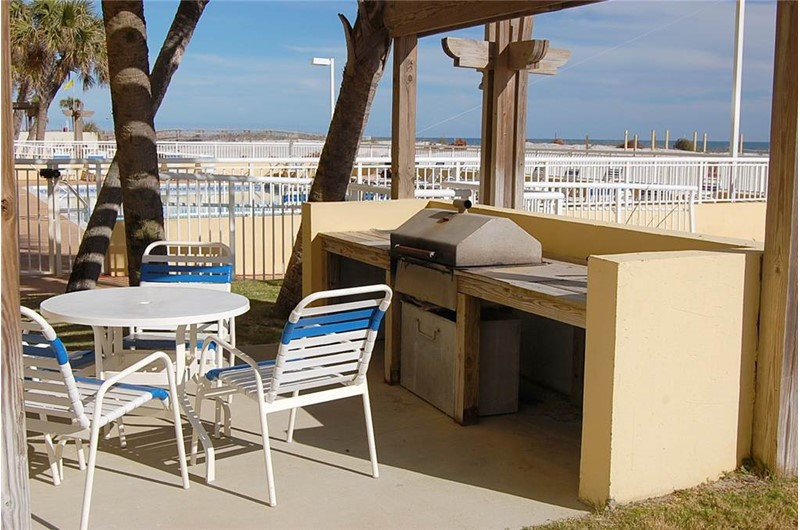 Picnic table and barbecue grill at Driftwood Towers Gulf Shores
