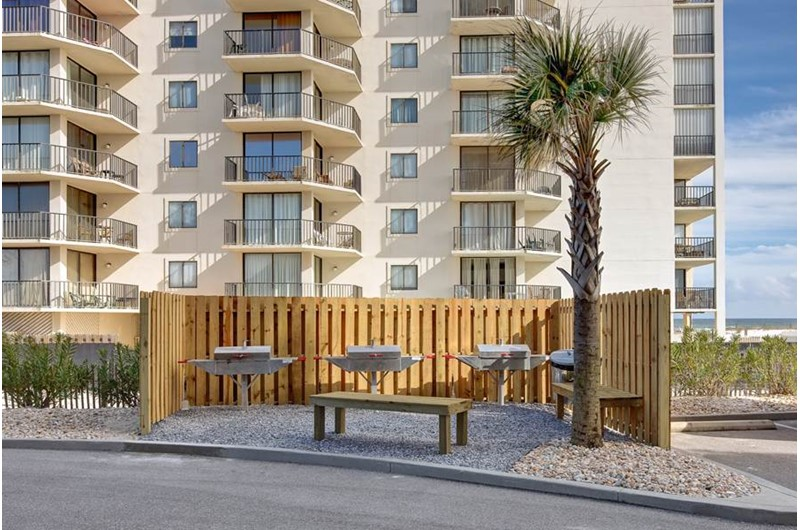 Having a cookout is a breeze in the outdoor grilling area at the Lighthouse Gulf Shores.