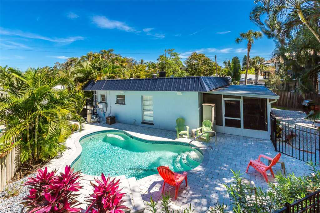 Crescent Street Manor 3 Bedrooms Walk to Beach Private Pool Sleeps 10