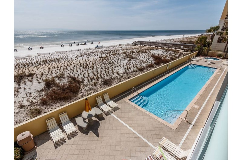 Large pool and sun deck at Pelican Isle Condos in Fort Walton Florida