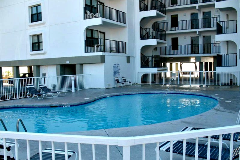 Swimming pool at Island Sunrise Gulf Shores