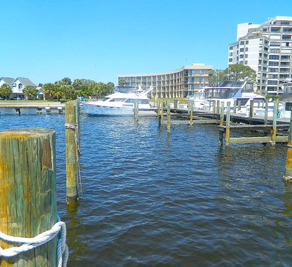 View of marina and docks at Pirates' Bay Guest Chambers & Marina in Fort Walton Florida